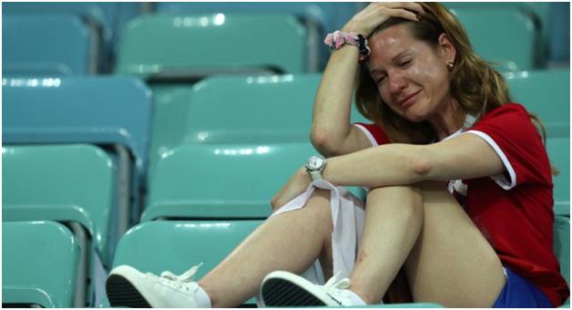 футбол плачущая девушка