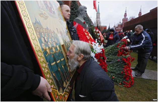 верующий у могилы сталина