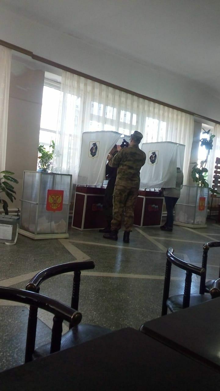 солдат голосует