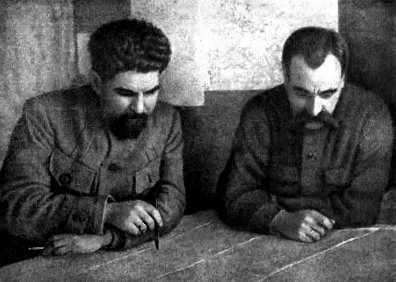 С. С. Каменев — главнокомандующий вооруженными силами Республики (справа) и П. Н. Лебедев — начальник штаба Реввоенсовета Республики.