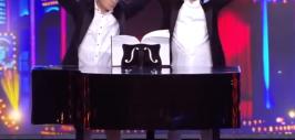 зеленский играет членом по роялю