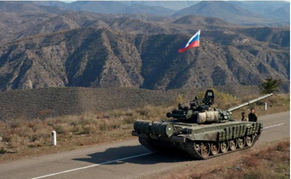 Российкий танк на дороге в Карабахе