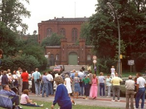 Межсоюзная тюрьма Шпандау (Западній Берлин)  1987 год, август, журналисты в ожидании сенсации