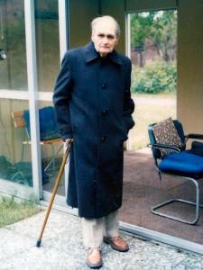 Рудольф Гесс у центральной раздвижной двери садового домика. Сзади - открытый проём, рядом с которым на стуле якобы сидел американский охранник Энтони Джордан. И ничего не видел, не слышал...
