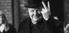 Видимо, Британский премьер показывает не знак V (Victory - победа), а что он облапошил двух - Гитлера и Сталина