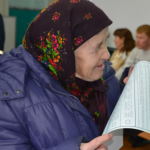 бабушка читает бюллетень